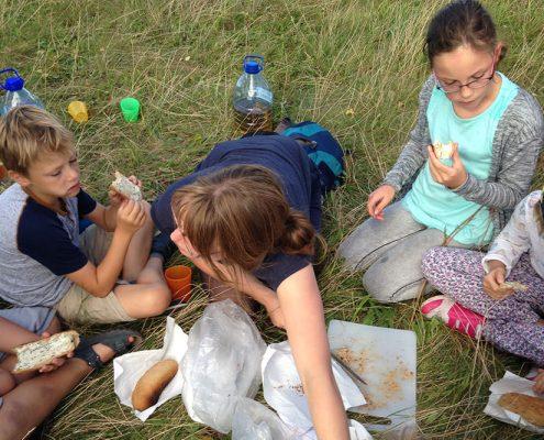 Familien sind willkommen! Die Wildnisschule bietet Groß und Klein viele Möglichkeiten.